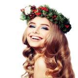 Χαμογελώντας πρότυπη γυναίκα με το στεφάνι Χριστουγέννων που απομονώνεται Στοκ εικόνες με δικαίωμα ελεύθερης χρήσης