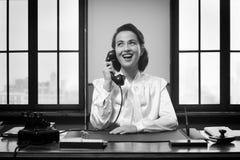 Χαμογελώντας ρεσεψιονίστ στην εργασία στοκ φωτογραφία