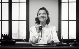 Χαμογελώντας ρεσεψιονίστ στην εργασία Στοκ φωτογραφία με δικαίωμα ελεύθερης χρήσης