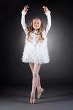Χαμογελώντας σγουρός-μαλλιαρό κορίτσι που χορεύει στα pointes στοκ εικόνα