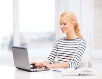 Χαμογελώντας σπουδαστής με το φορητό προσωπικό υπολογιστή και το σημειωματάριο Στοκ φωτογραφίες με δικαίωμα ελεύθερης χρήσης
