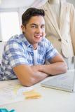 Χαμογελώντας σπουδαστής με το lap-top που εξετάζει τη κάμερα Στοκ Φωτογραφία