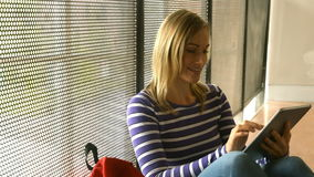 Χαμογελώντας σπουδαστής που χρησιμοποιεί την ταμπλέτα στο κολλέγιο απόθεμα βίντεο