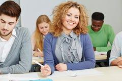 Χαμογελώντας σπουδαστής στη σειρά μαθημάτων μελέτης Στοκ φωτογραφία με δικαίωμα ελεύθερης χρήσης