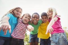 Χαμογελώντας συμμαθητές που δείχνουν τη κάμερα στοκ εικόνα με δικαίωμα ελεύθερης χρήσης
