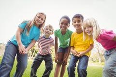 Χαμογελώντας συμμαθητές που στέκονται σε μια σειρά στοκ φωτογραφίες