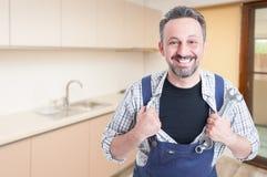 Χαμογελώντας συναρμολογητής που ενεργεί όπως ένα superhero στοκ φωτογραφία με δικαίωμα ελεύθερης χρήσης