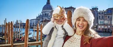 Χαμογελώντας ταξιδιώτες μητέρων και παιδιών που παίρνουν selfie στη Βενετία Στοκ εικόνες με δικαίωμα ελεύθερης χρήσης