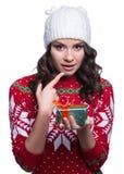 Χαμογελώντας την αρκετά προκλητική νέα γυναίκα που φορά το ζωηρόχρωμο πλεκτό πουλόβερ με τη διακόσμηση και το καπέλο Χριστουγέννω Στοκ φωτογραφία με δικαίωμα ελεύθερης χρήσης