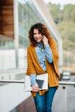 Χαμογελώντας τηλέφωνο κυττάρων γυναικών ομιλούν Στοκ φωτογραφίες με δικαίωμα ελεύθερης χρήσης