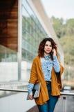 Χαμογελώντας τηλέφωνο κυττάρων γυναικών ομιλούν Στοκ εικόνες με δικαίωμα ελεύθερης χρήσης