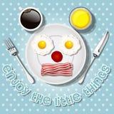 Χαμογελώντας το ποντίκι κάνετε με τα τηγανισμένα αυγά και το μπέϊκον Στοκ Εικόνες