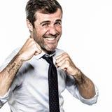Χαμογελώντας τριχωτός επιχειρηματίας που παρουσιάζει πυγμές για τη punchy εταιρική πάλη Στοκ Εικόνες
