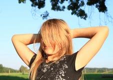 Χαμογελώντας τριχωτό ξανθό κορίτσι Στοκ φωτογραφία με δικαίωμα ελεύθερης χρήσης
