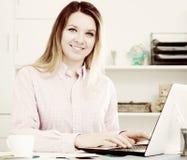 Χαμογελώντας υπάλληλος γυναικών που εργάζεται αποτελεσματικά Στοκ φωτογραφίες με δικαίωμα ελεύθερης χρήσης