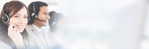 Χαμογελώντας υπάλληλος που εργάζεται με μια κάσκα εξετάζοντας τη κάμερα Στοκ Εικόνες