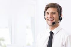 Χαμογελώντας υπάλληλος τηλεφωνικών κέντρων με τα ακουστικά Στοκ εικόνα με δικαίωμα ελεύθερης χρήσης