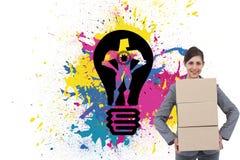 Χαμογελώντας φέρνοντας κουτιά από χαρτόνι επιχειρηματιών Στοκ Φωτογραφίες