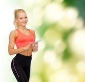 Χαμογελώντας φίλαθλη γυναίκα με το smartphone Στοκ φωτογραφία με δικαίωμα ελεύθερης χρήσης