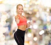 Χαμογελώντας φίλαθλη γυναίκα με το smartphone Στοκ Εικόνα