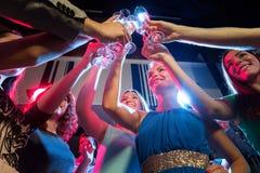 Χαμογελώντας φίλοι με τα ποτήρια της σαμπάνιας στη λέσχη Στοκ φωτογραφία με δικαίωμα ελεύθερης χρήσης