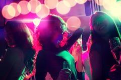 Χαμογελώντας φίλοι με τα ποτήρια της σαμπάνιας στη λέσχη Στοκ εικόνα με δικαίωμα ελεύθερης χρήσης