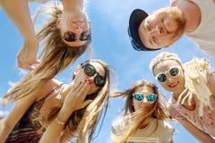 Χαμογελώντας φίλοι που στέκονται στον κύκλο Στοκ εικόνα με δικαίωμα ελεύθερης χρήσης