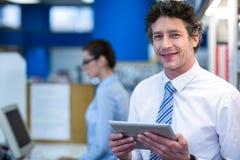 Χαμογελώντας φαρμακοποιός που κρατά την ψηφιακή ταμπλέτα στο φαρμακείο στοκ φωτογραφία με δικαίωμα ελεύθερης χρήσης