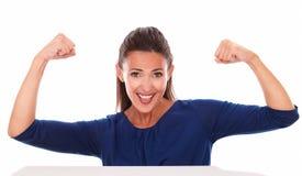 Χαμογελώντας φιλική κυρία με το βραχίονα επάνω Στοκ Φωτογραφία
