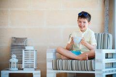 Χαμογελώντας χαριτωμένο ζεστό ποτό τσαγιού καφέ κουπών κατανάλωσης μικρών παιδιών Στοκ φωτογραφία με δικαίωμα ελεύθερης χρήσης