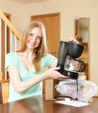 Χαμογελώντας χαριτωμένο κορίτσι με το νέο ηλεκτρικό κατασκευαστή καφέ Στοκ Εικόνες