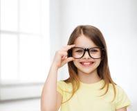 Χαμογελώντας χαριτωμένο μικρό κορίτσι μαύρα eyeglasses Στοκ φωτογραφία με δικαίωμα ελεύθερης χρήσης