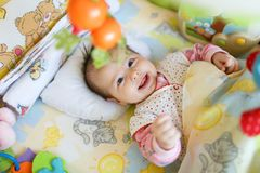 Χαμογελώντας χαριτωμένο μωρό στην κρεβατοκάμαρα Στοκ Εικόνες