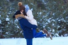 χαμογελώντας χειμερινές νεολαίες αγάπης ζευγών ευτυχείς Στοκ φωτογραφία με δικαίωμα ελεύθερης χρήσης