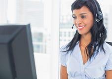 Χαμογελώντας χειριστής που εξετάζει τον υπολογιστή της Στοκ Φωτογραφία