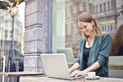 Χαμογελώντας χρήστης υπολογιστών Στοκ φωτογραφία με δικαίωμα ελεύθερης χρήσης