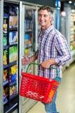 Χαμογελώντας ψυγείο υπεραγορών ανοίγματος ατόμων Στοκ εικόνα με δικαίωμα ελεύθερης χρήσης