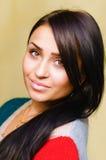 Χαμογελώντας όμορφη γυναίκα brunette με μακρυμάλλη Στοκ Φωτογραφία