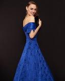 Χαμογελώντας όμορφη κυρία στο μπλε φόρεμα Στοκ Εικόνες