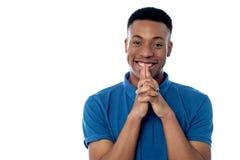 Χαμογελώντας όμορφος αφρικανικός τύπος Στοκ Εικόνα