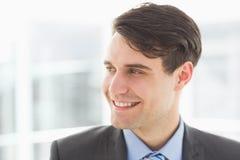 Χαμογελώντας όμορφος επιχειρηματίας που κοιτάζει μακριά Στοκ εικόνες με δικαίωμα ελεύθερης χρήσης