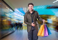 Χαμογελώντας όμορφο άτομο με τις τσάντες αγορών Στοκ εικόνες με δικαίωμα ελεύθερης χρήσης