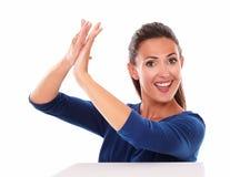 Χαμογελώντας όμορφο θηλυκό που χτυπά στη νίκη Στοκ εικόνες με δικαίωμα ελεύθερης χρήσης