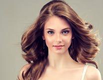 Χαμογελώντας όμορφο κορίτσι, καφετιά τρίχα με ένα κομψό hairstyle, κύματα τρίχας, σγουρά στοκ εικόνα με δικαίωμα ελεύθερης χρήσης