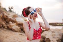 Χαμογελώντας όμορφο κορίτσι pinup headband και suglasses την κατοχή της διασκέδασης Στοκ εικόνες με δικαίωμα ελεύθερης χρήσης