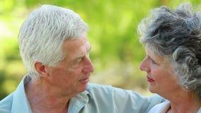 Χαμογελώντας ώριμη γυναίκα που ακούει το σύζυγό της απόθεμα βίντεο