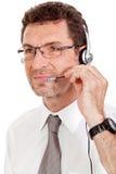 Χαμογελώντας ώριμος αρσενικός επιχειρηματίας χειριστών με την κλήση κασκών senter Στοκ φωτογραφίες με δικαίωμα ελεύθερης χρήσης