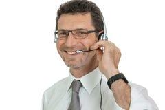 Χαμογελώντας ώριμος αρσενικός επιχειρηματίας χειριστών με την κλήση κασκών senter Στοκ Φωτογραφίες