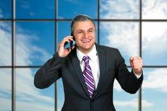 Χαμογελώντας ώριμος επιχειρηματίας με το τηλέφωνο Στοκ φωτογραφία με δικαίωμα ελεύθερης χρήσης