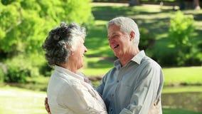 Χαμογελώντας ώριμο ζεύγος που αγκαλιάζει το ένα το άλλο απόθεμα βίντεο